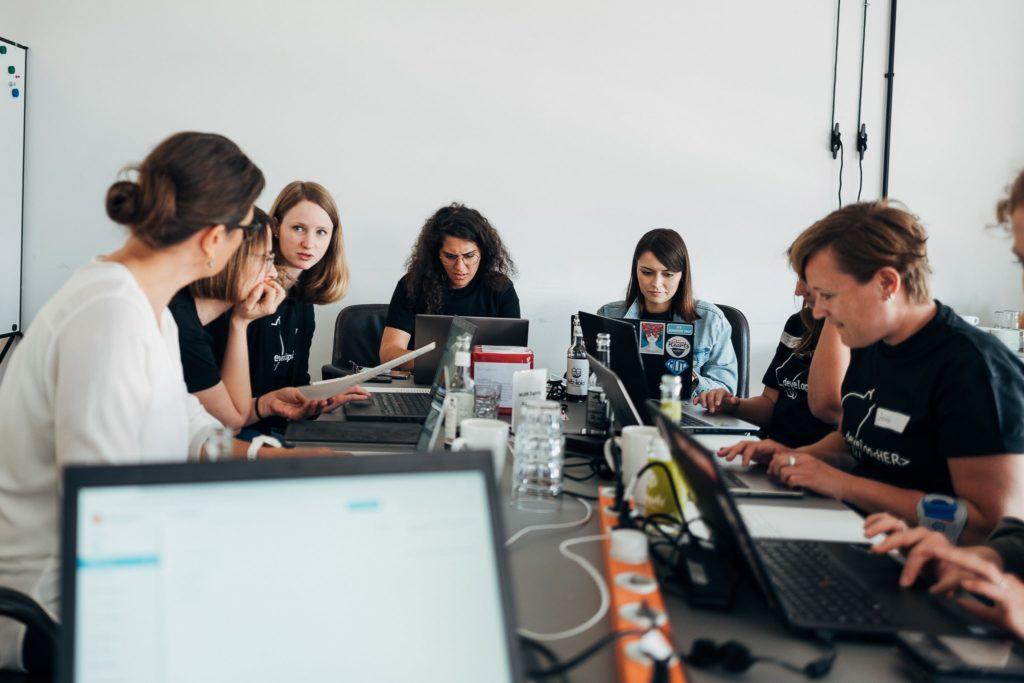 Teilnehmer*innen der developHER Veranstaltung